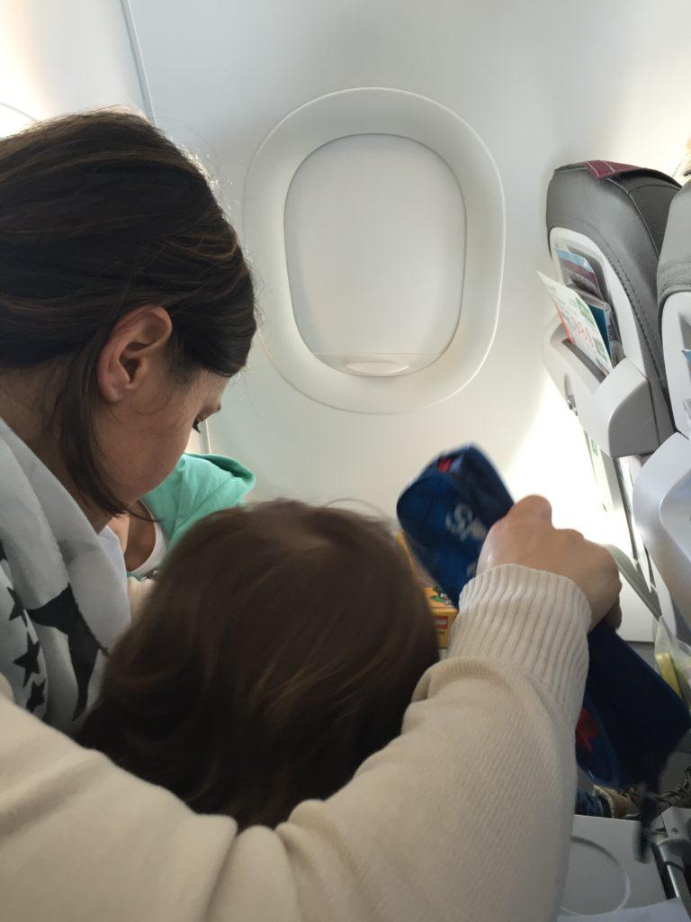 Mit zwei Kleinkindern im Flugzeug