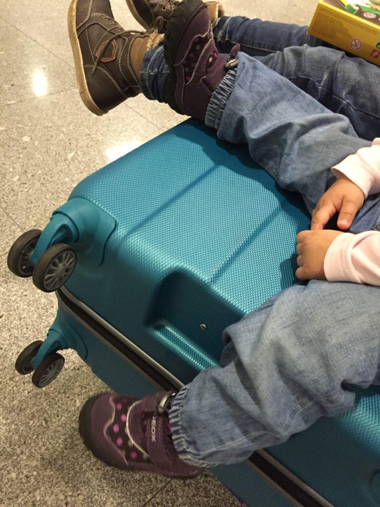 Warten bei der Gepäckabgabe am Flughafen