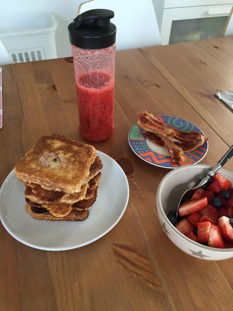 french toast und smoothie zum frühstück am sonntag