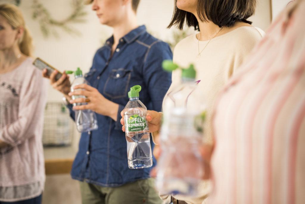 Erwachsene sollten mindestens einen Liter Wasser am Tag trinken