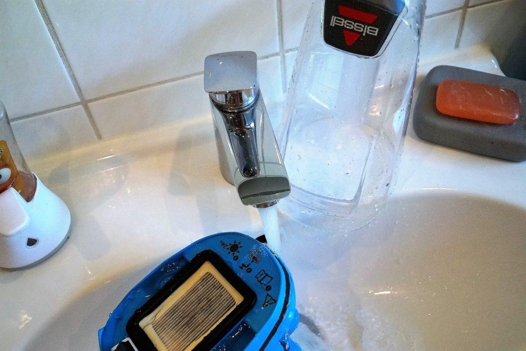 der filter wird einfach abgespült und der wassertank mit frischem wasser befüllt