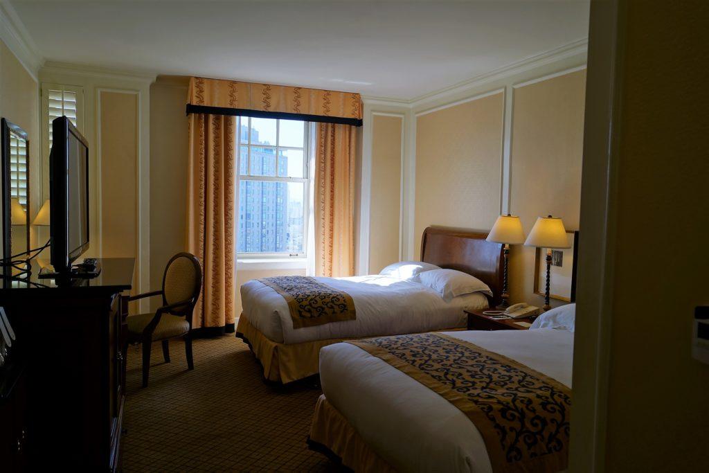 Ein Zimmer mit zwei Quenn Size Betten im InterContinental Mark Hopkins Hotel