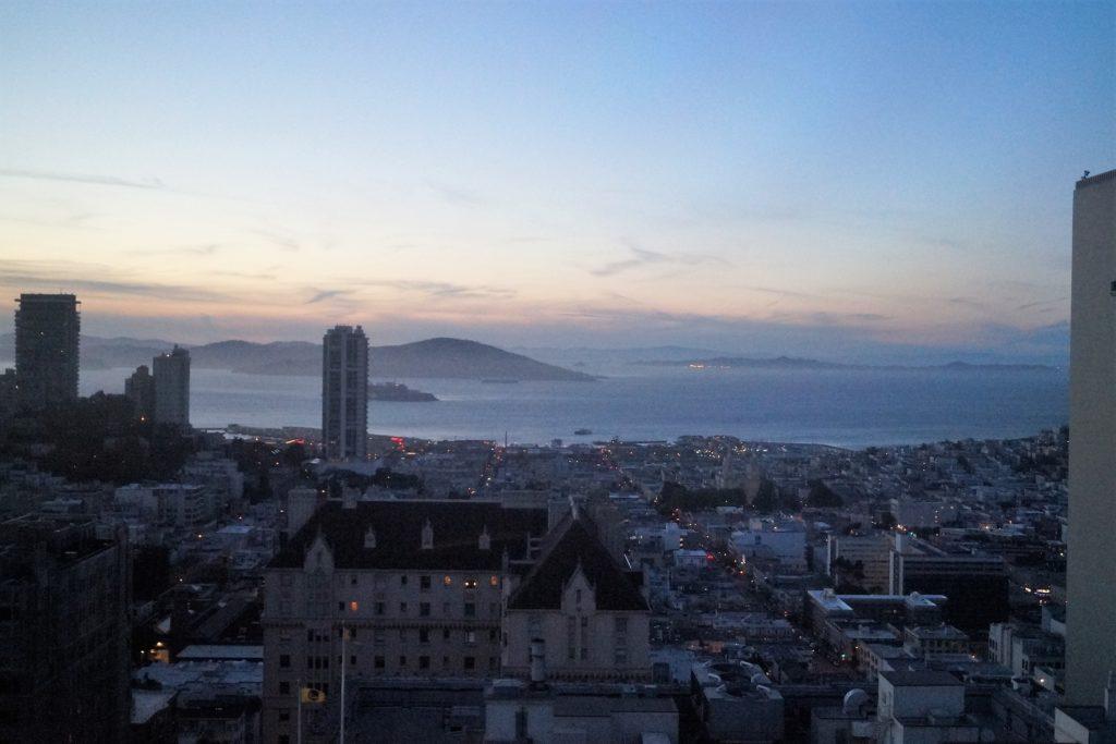 Blick über das abendliche San Francisco vom InterContinental Mark Hopkins Hotel aus