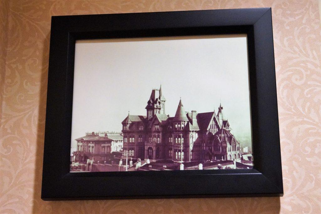 Ein Bild vom InterContinental Mark Hopkins Hotel bevor es nach dem großen Erdbeben zum Hotel umgebaut wurde.