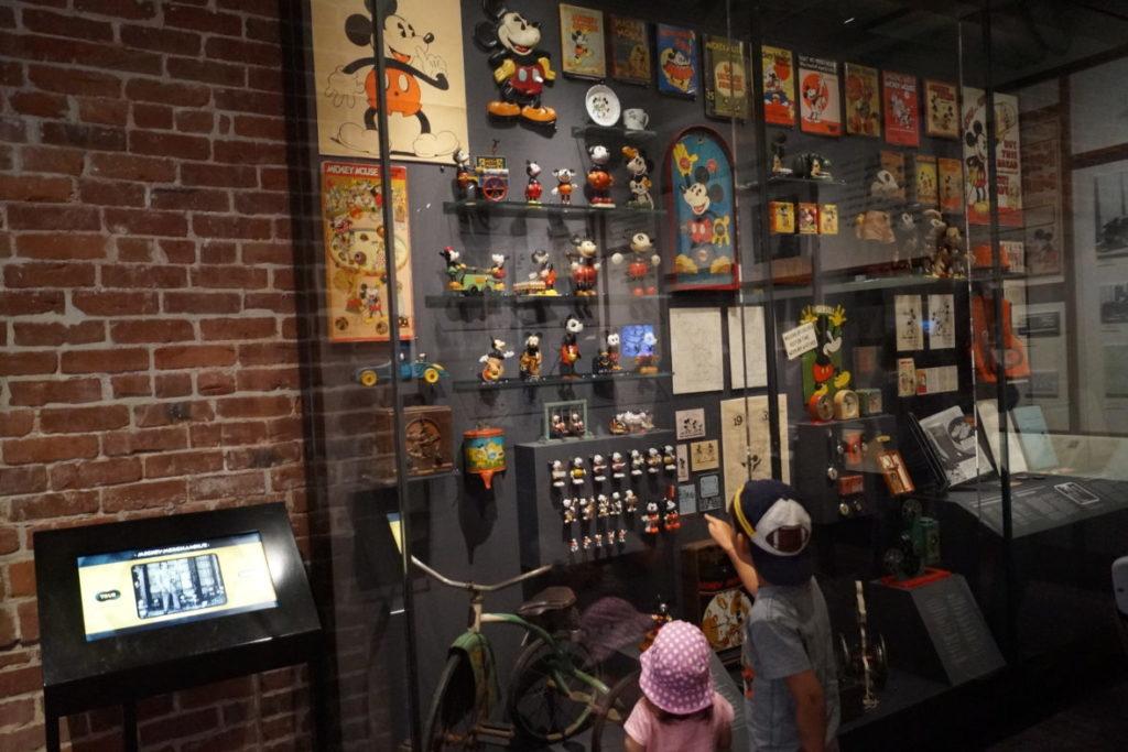 mickey mouse relikte aus früheren zeiten findet man im walt disney family museum
