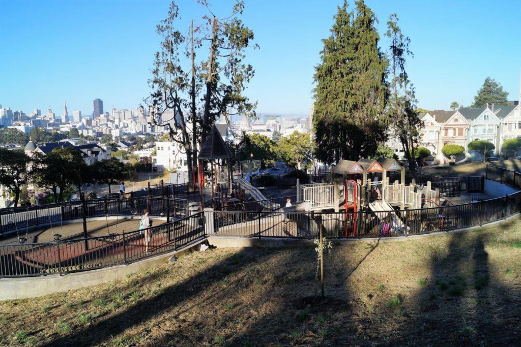 Spielplatz mit Aussicht über San Francisco: der alamo square Spielplatz