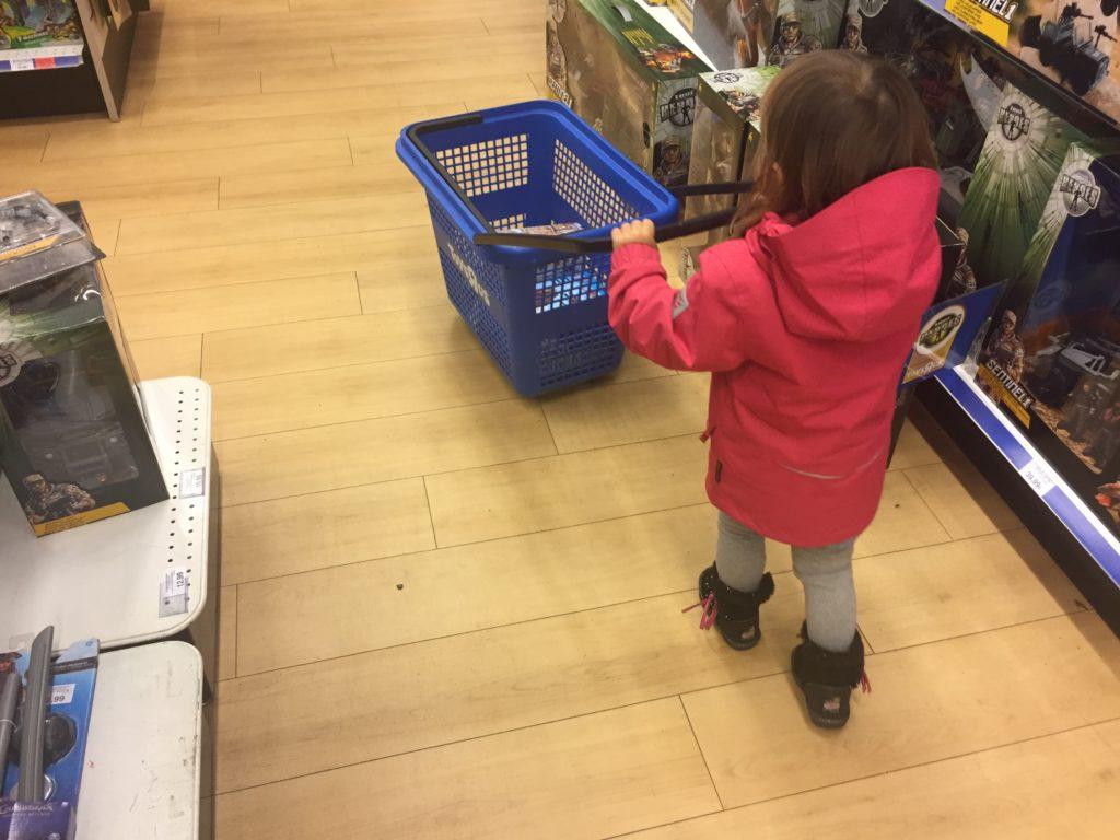 geschenke shoppen im toys r us