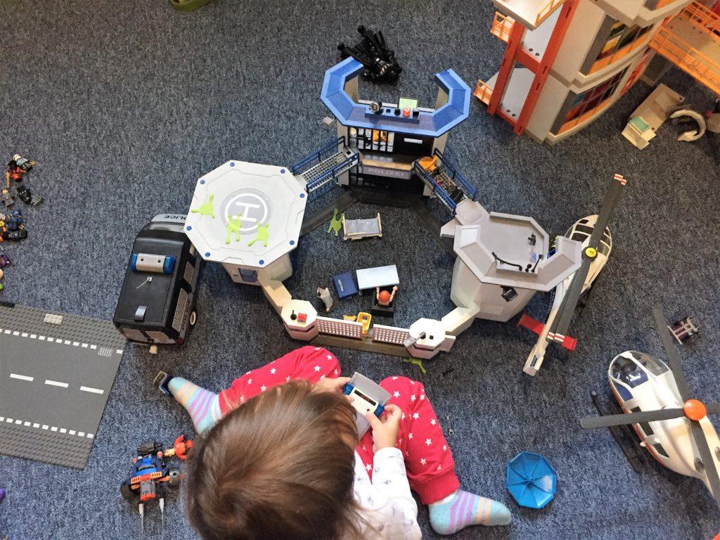 die mini chefin spielt mit der playmobil polizeiwache