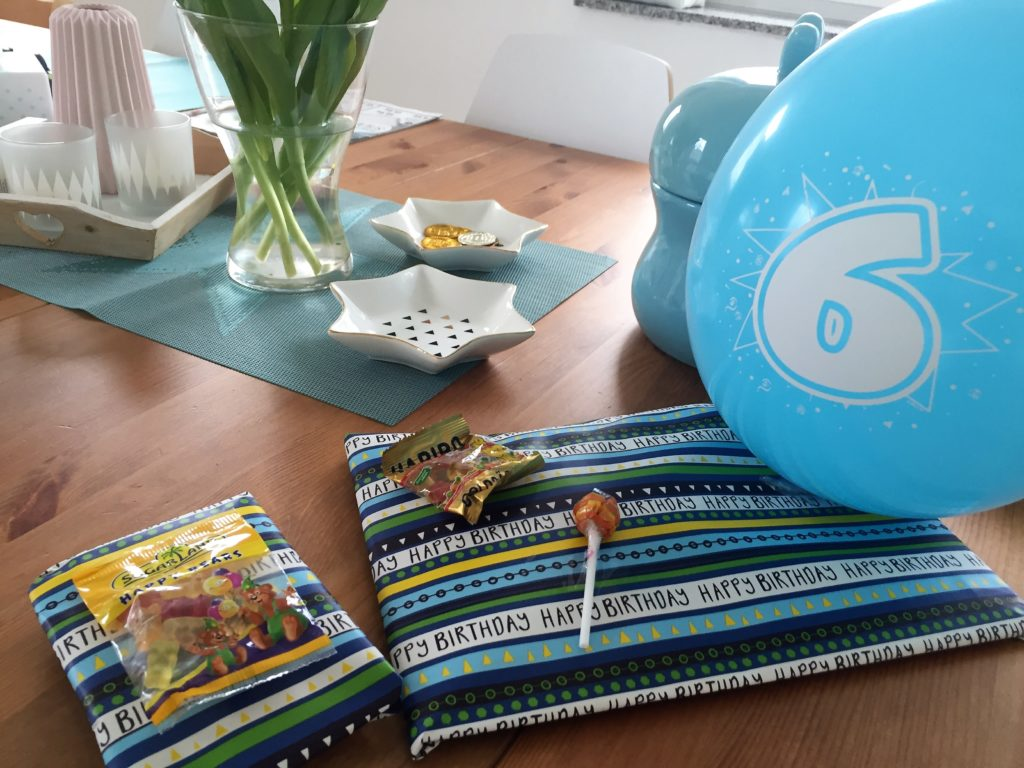eingepackte geschenke für den kindergeburtstag