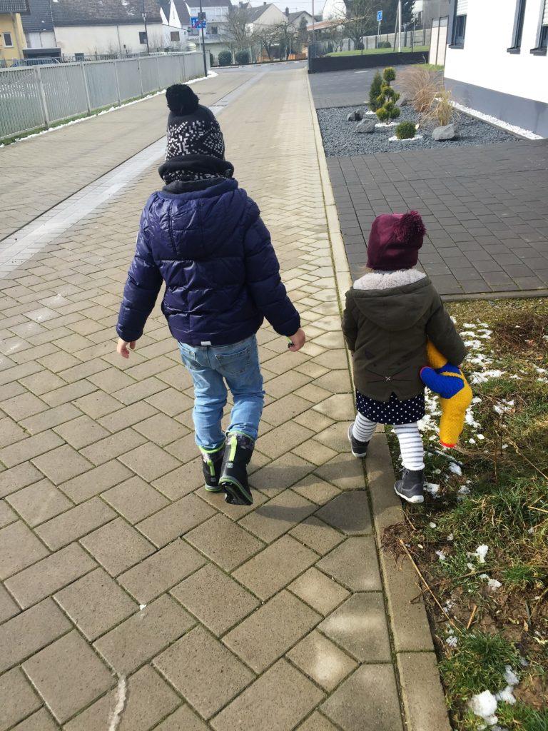 Auf dem Weg nach Hause vom Kindergarten