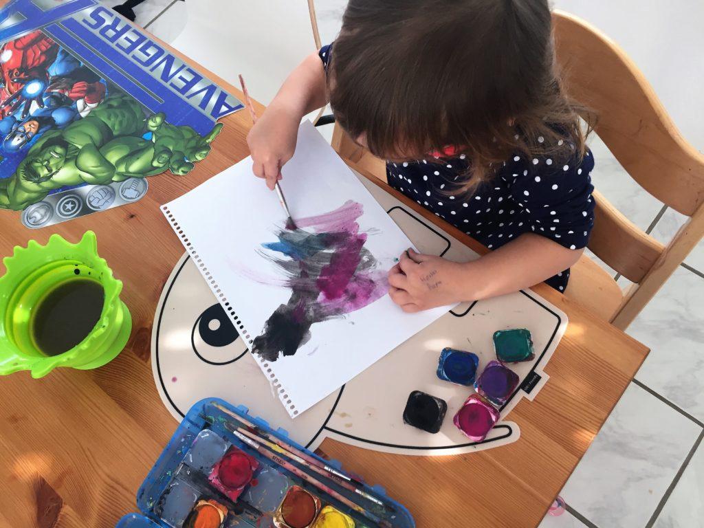 malen mit pinsel und farbkasten ist immer eine gute idee