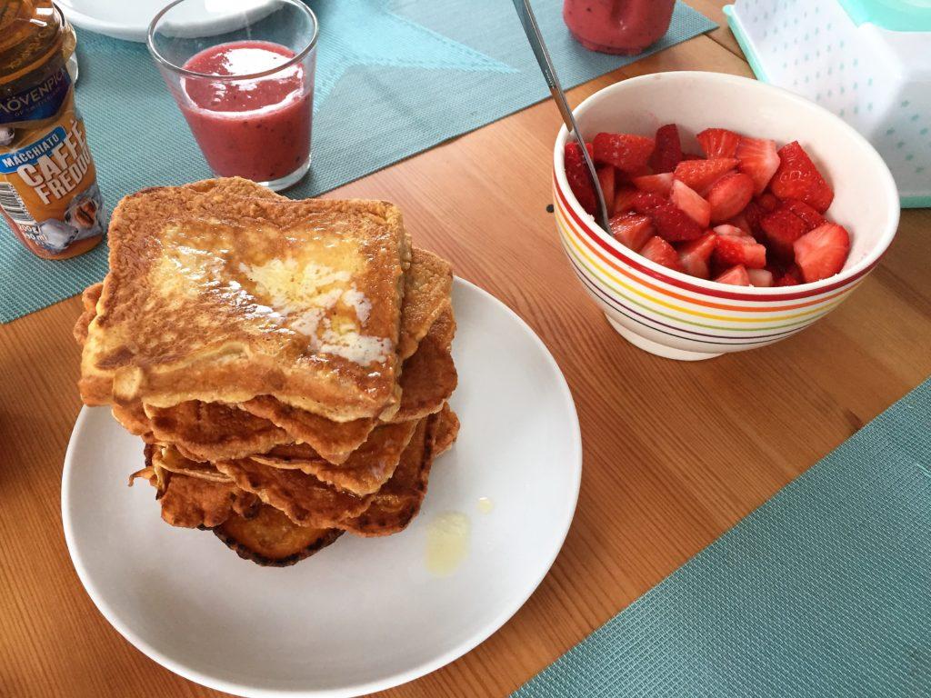 frühstück am samstag: french toast mit erdbeerer