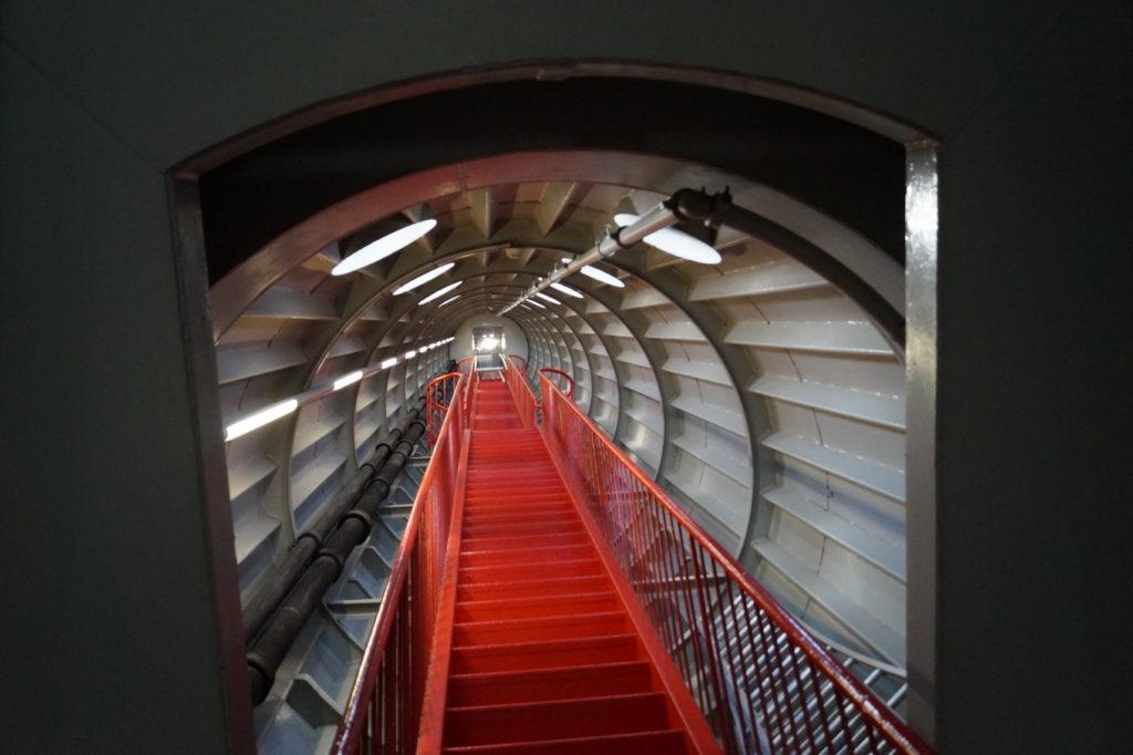 80 Stufen führen nach oben im Atomium