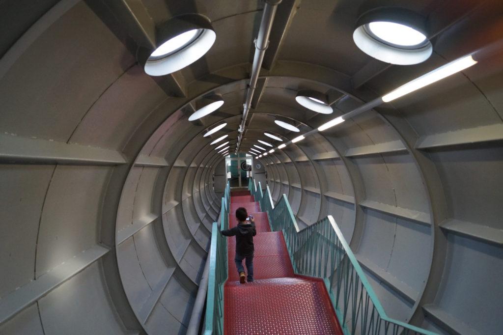 167 Stufen führen nach unten im Atomium