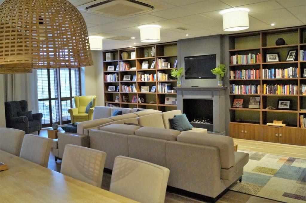 Die Bibliothek vom Badhotel Domburg mit Büchern und Spielmöglichkeiten