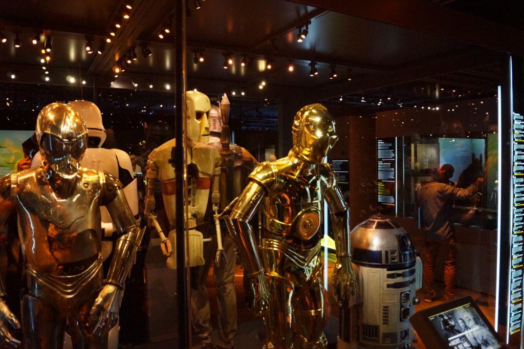R2-D2 und C3-PO auf der Star Wars Identities Ausstellung in Brüssel