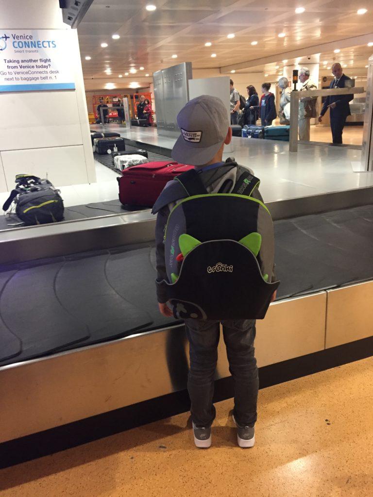Mit dem BoostAPak Reisekindersitz von Trunki unterwegs