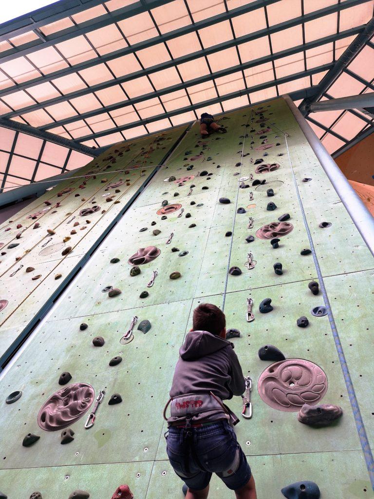spaß für die gesamte familie: klettern im climbing stadium