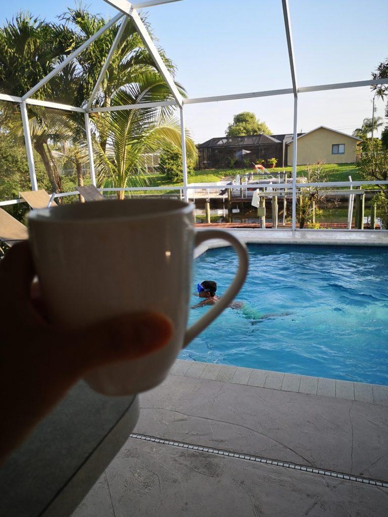 Kaffee trinken mit Blick auf den Pool