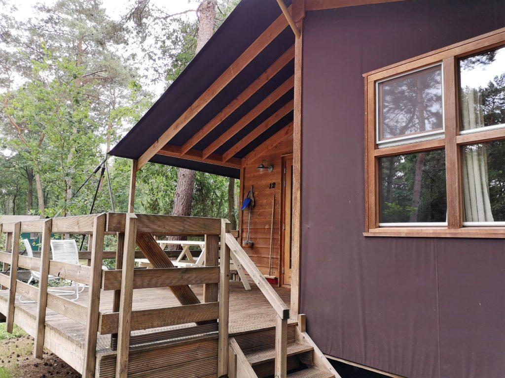 Eine große Terrasse hat die Youpi! Lodge auf dem Beerze Bulten Campingplatz