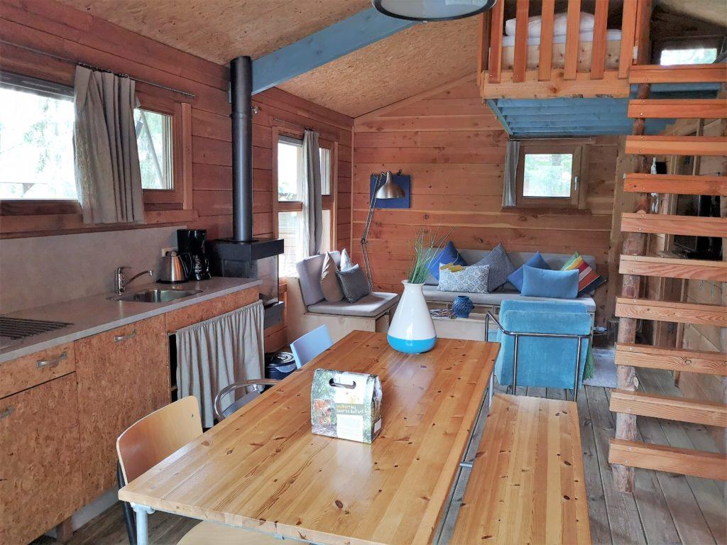 Wohn- und Essbereich der Youpi! Lodge auf dem Beerze Bulten Campingplatz