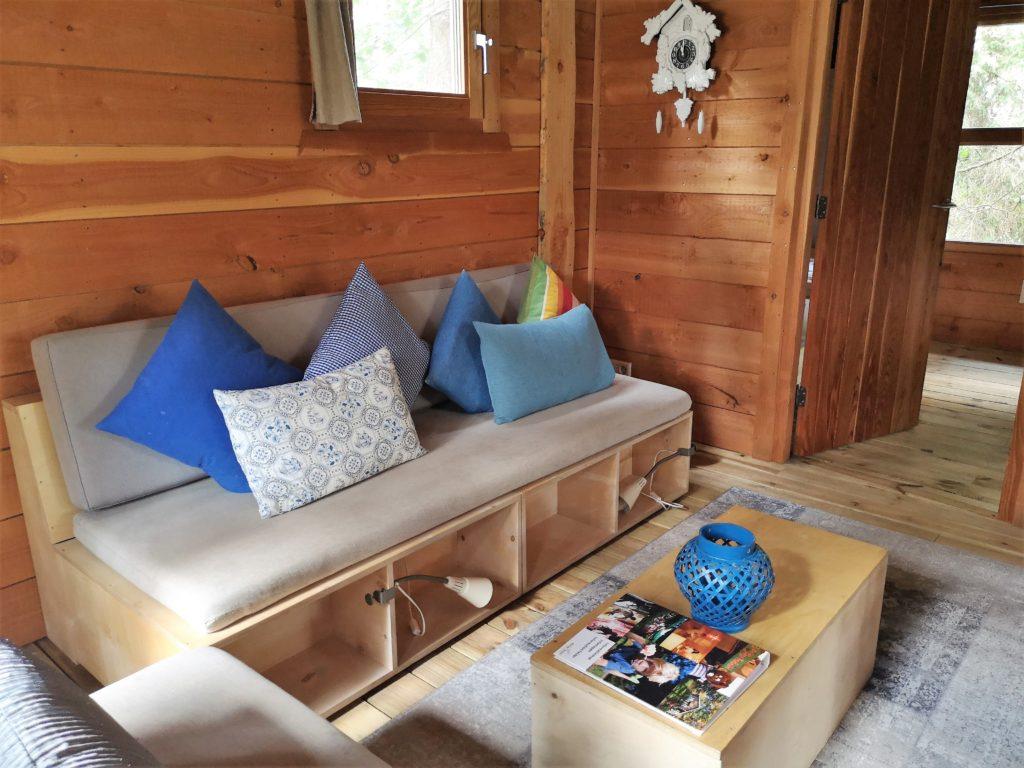 Wohnbereich in der Youpi! Lodge auf dem Beerze Bulten Campingplatz