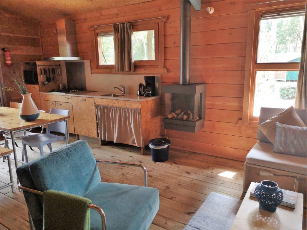 Offene Küche mit Kamin in der Youpi! Lodge auf dem Beerze Bulten Campingplatz