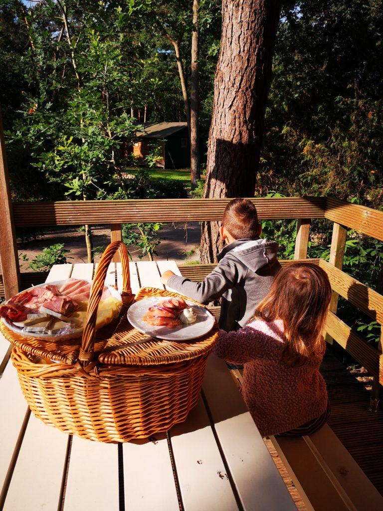 Frühstück in der Natur auf dem Beerze Bulten Campingplatz