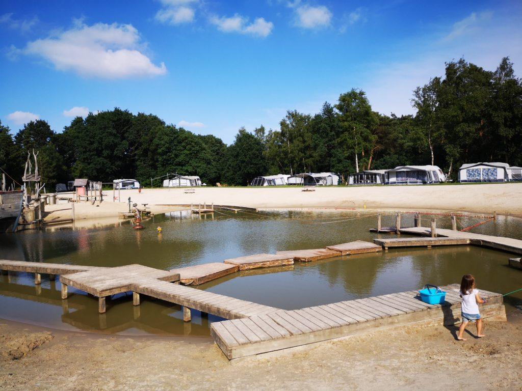 Baden und im Sand budeln geht auf dem Giga Konijnenveld Spielplatz auf dem Beerze Bulten Campingplatz