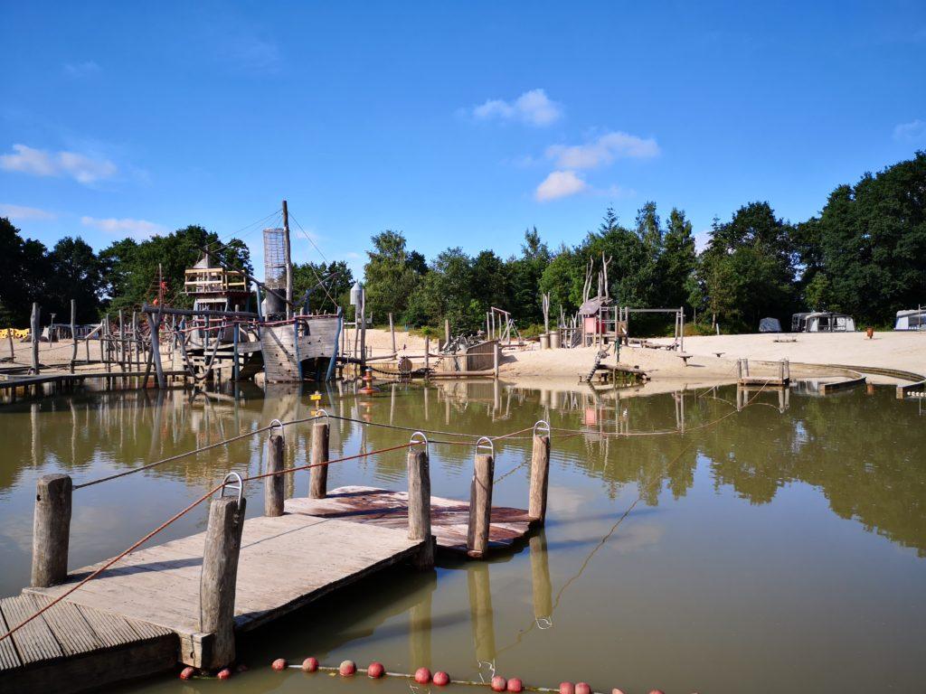 Großer Badeteich auf dem Giga Konijnenveld Spielplatz auf dem Beerze Bulten Campingplatz