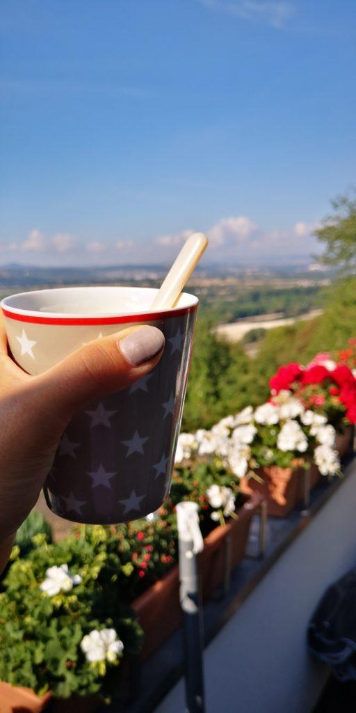Blauer Himmel und Kaffee am Sonntag