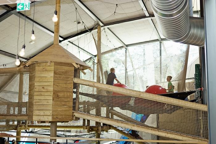 Klettern und Erkunden können Kinder im Indoor Spielplatz Giga Konijnenhol auf dem Beerze Bulten Campingplatz