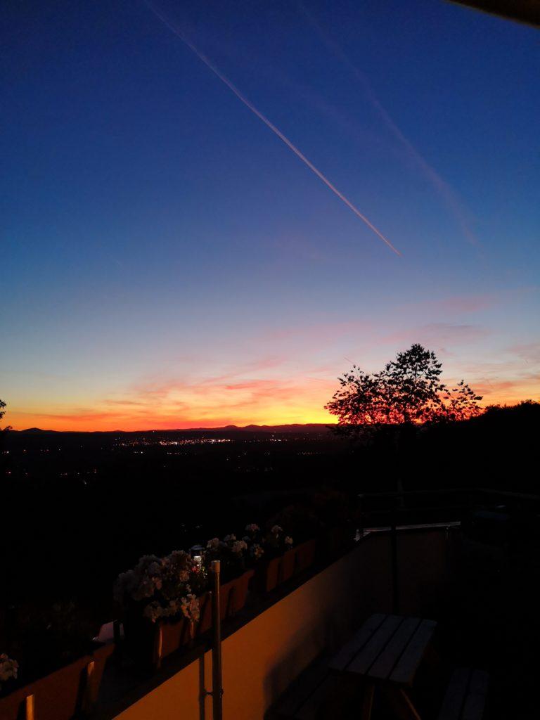 Wunderschöner Sonnenuntergang über dem Rhein
