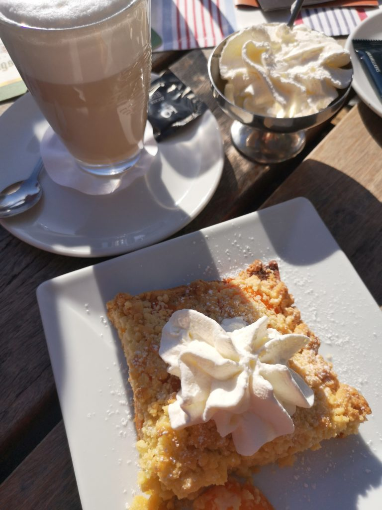 Kaffee und Kuchen am Sonntag
