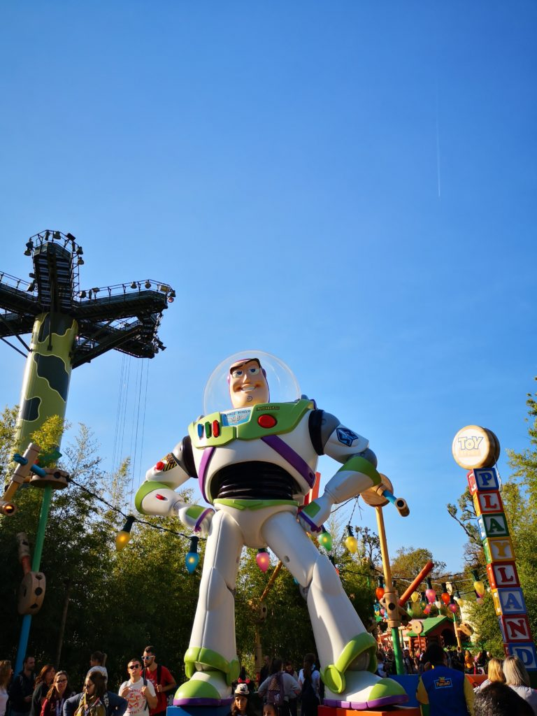 buzz in übergröße im toy story land in den walt disney studios in paris