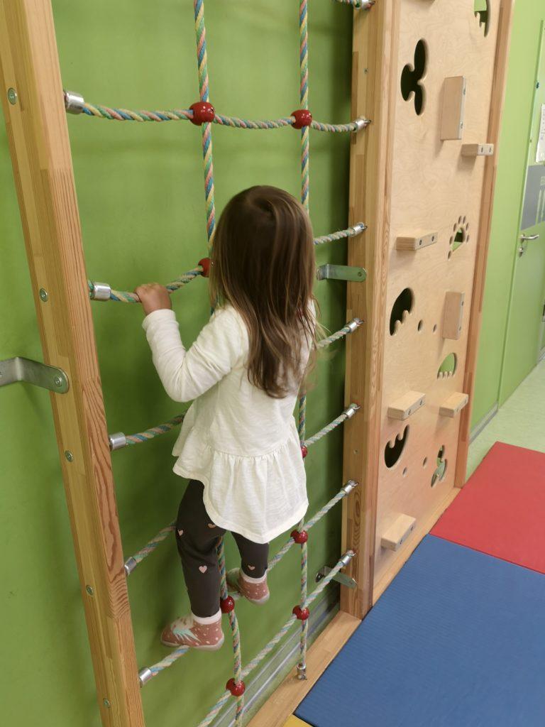 Kletterwand m Kindergarten