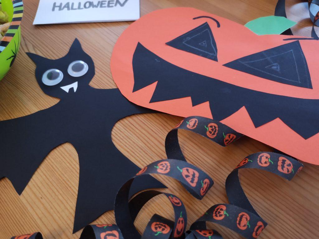 DIY für Halloween: Fledermäuse und Kürbisse für die Fenster