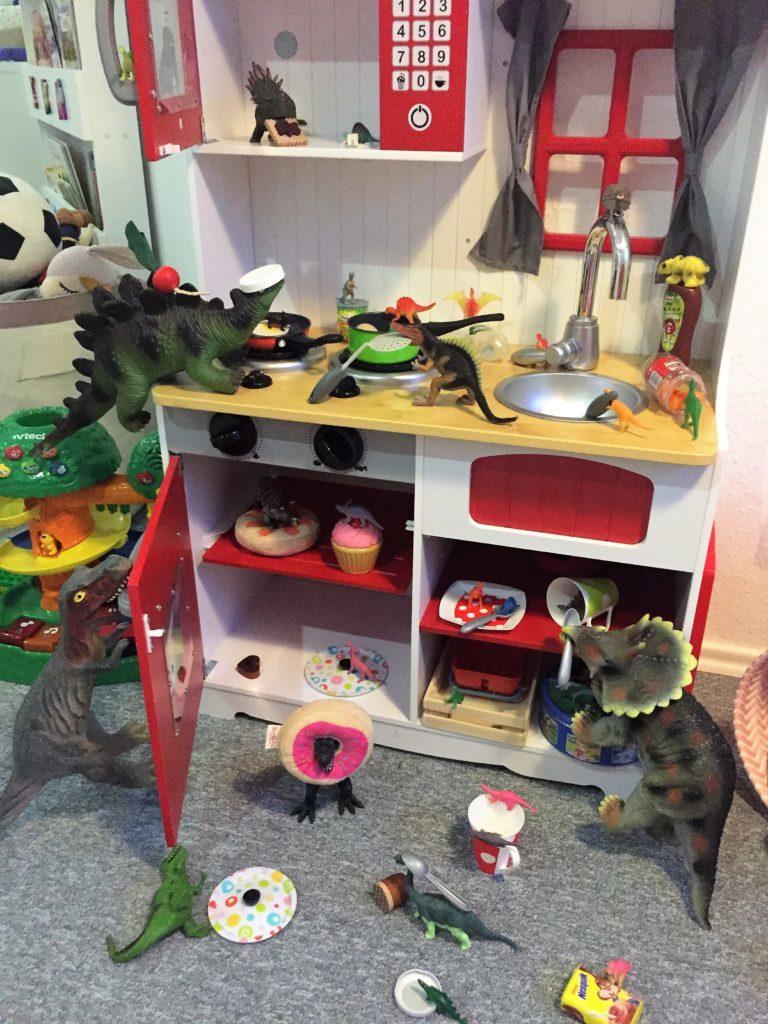 Dinovember: Die Dinos haben die Kinderküche verwüstet