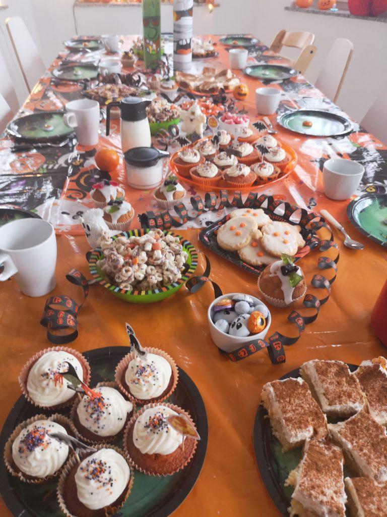 Halloween Party: Der Tisch mit Kuchen und Keksen
