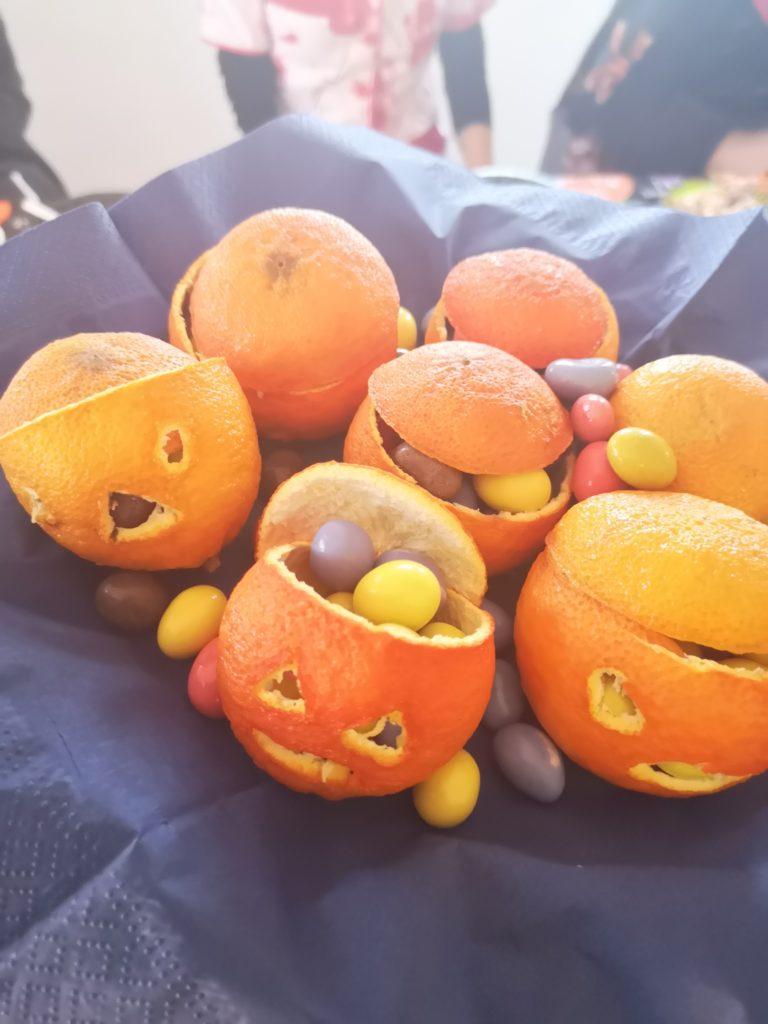 Halloween mit Kindern: Mandarinen Kürbisse mit Smarties
