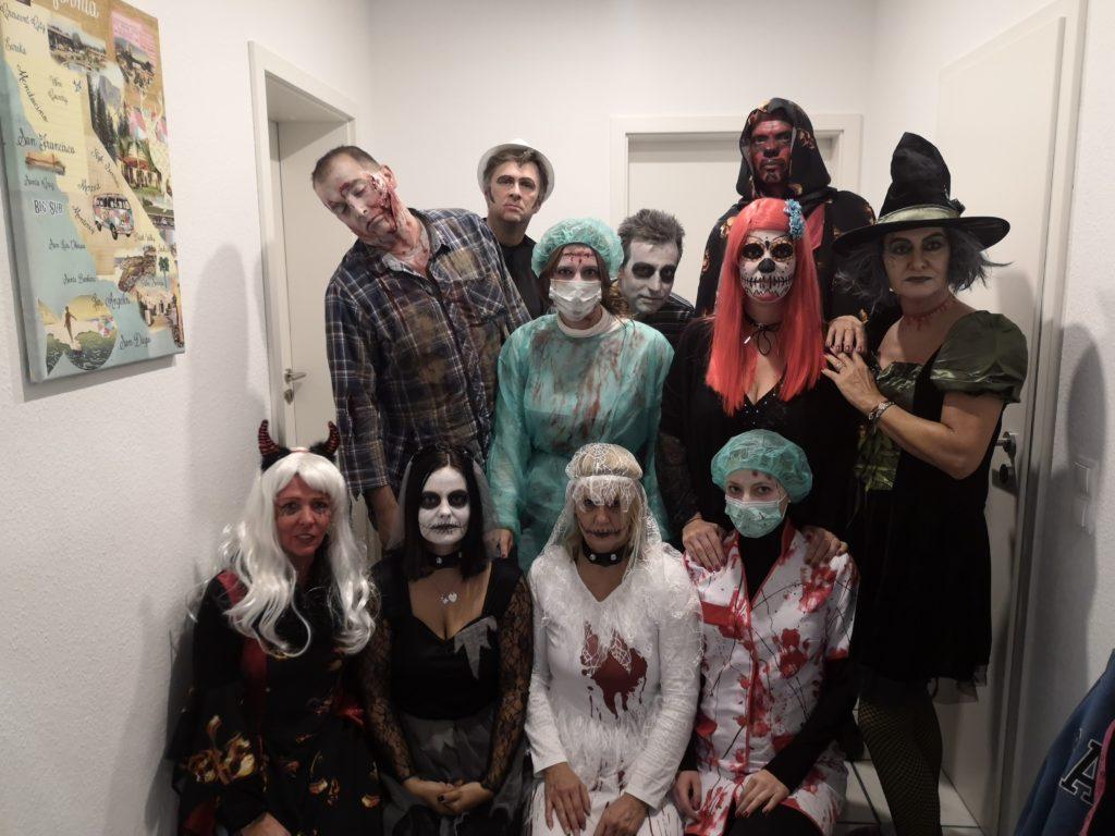 Hallowen Party mit vielen gruseligen Kostümen: Mit Kinderaugen