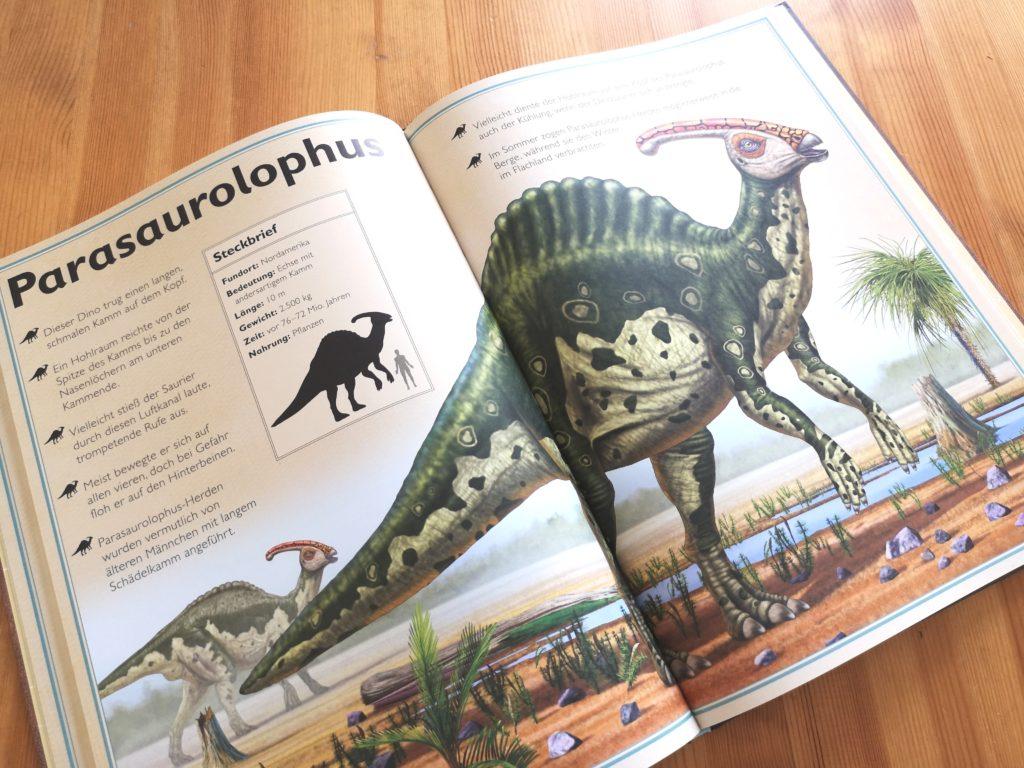 Viel zu entdecken in Das Riesenbuch der Dinosaurier vom moses Verlag