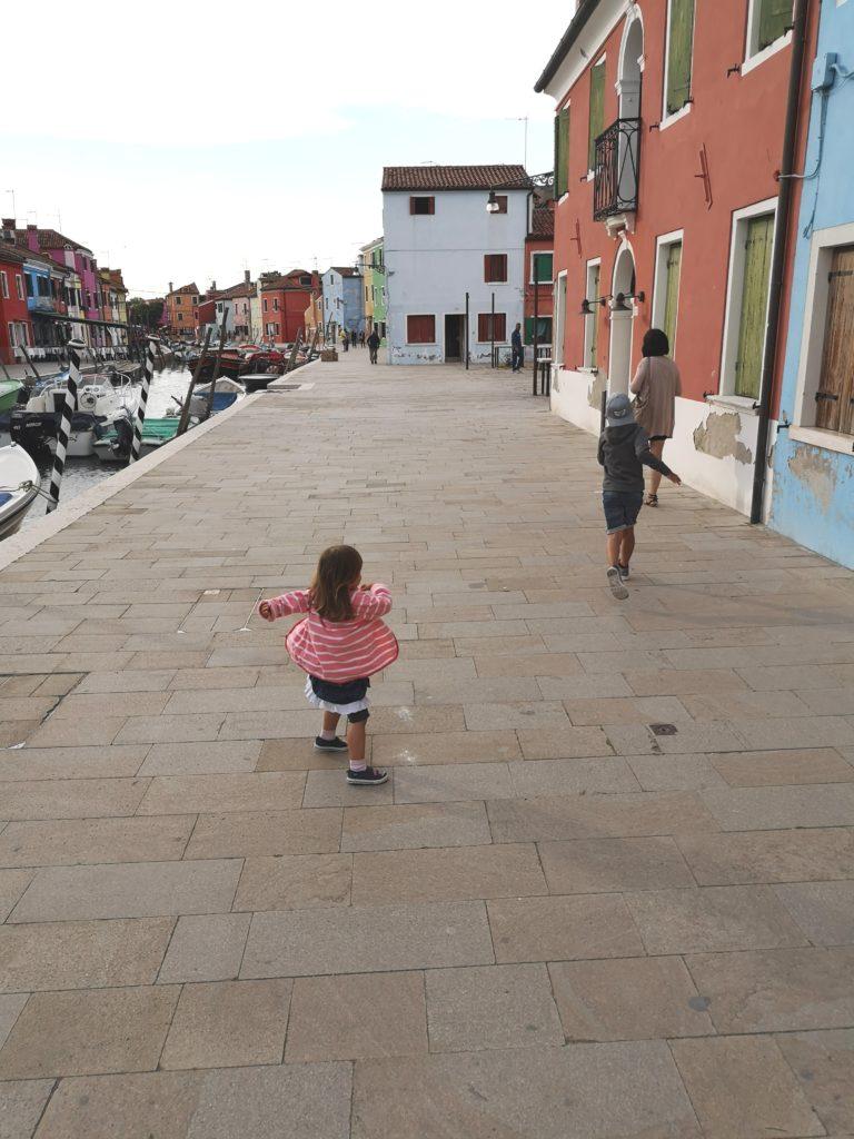Kinder wollen rennen, toben und schreien