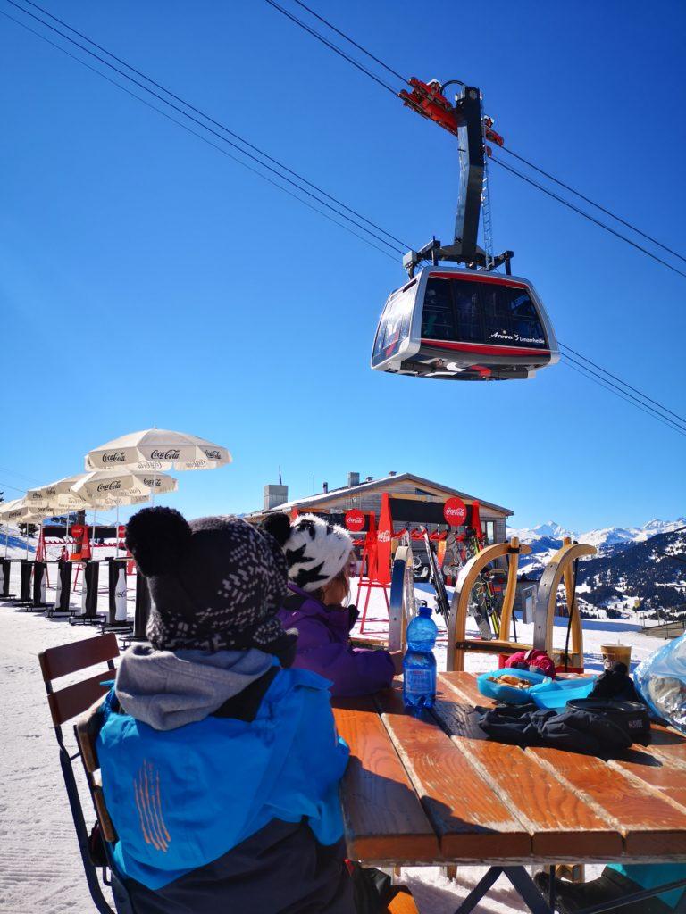 Die Rothorn 2 Bahn bringt Schneebegeisterte zum Rothorngipfel