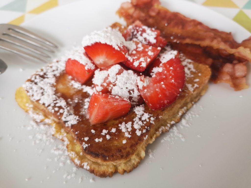 amerikanisches frühstück: french toast mit bacon