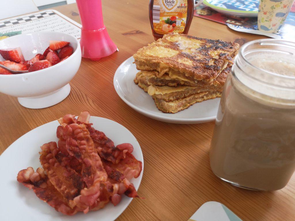 french toast und bacon zum frühstück