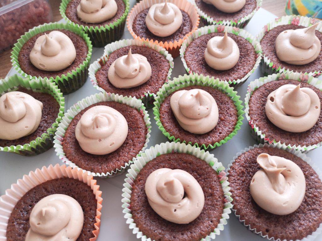schokoladen cupcakes mit buttercreme frosting