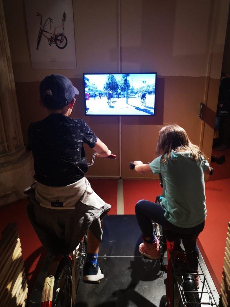 auf fahrrädern virtuel durch berlin im machmit museum