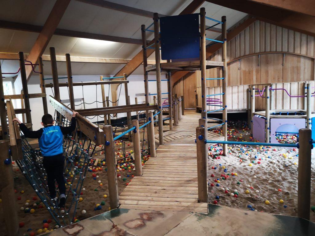 cooler indoor spielplatz mit sand im ferienpark moelke