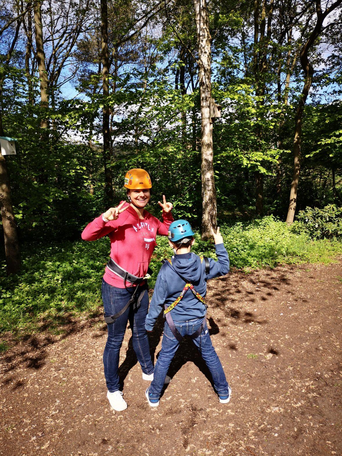 bereit zum klettern im kletterwald